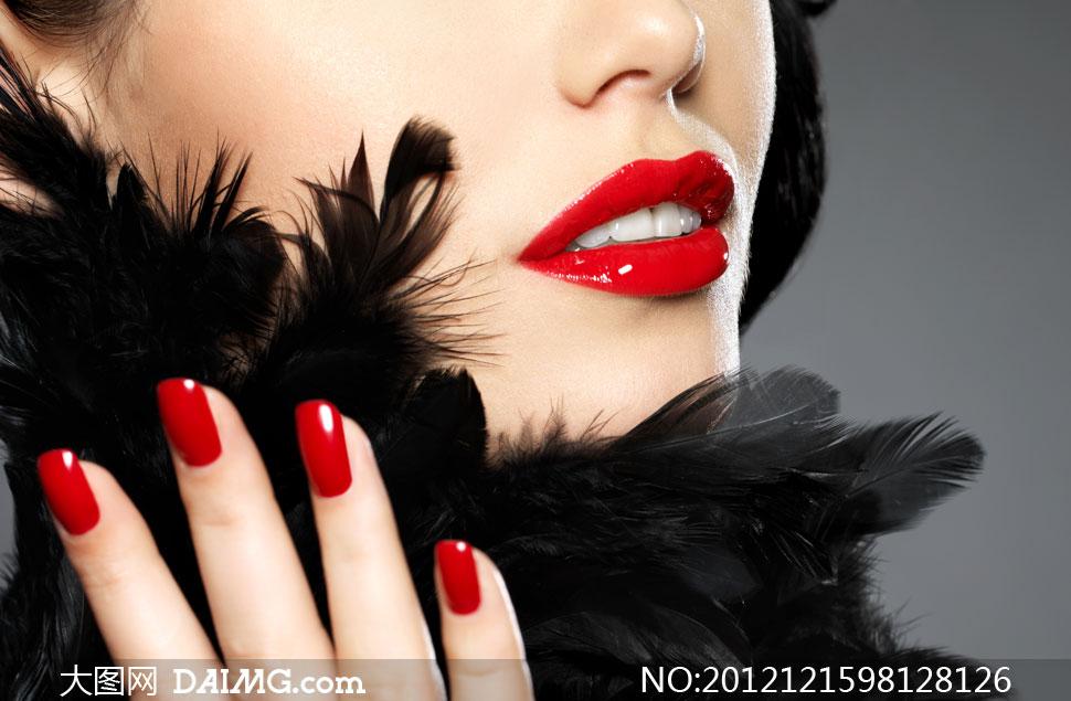 黑色羽毛与红指甲美女摄高清影图片