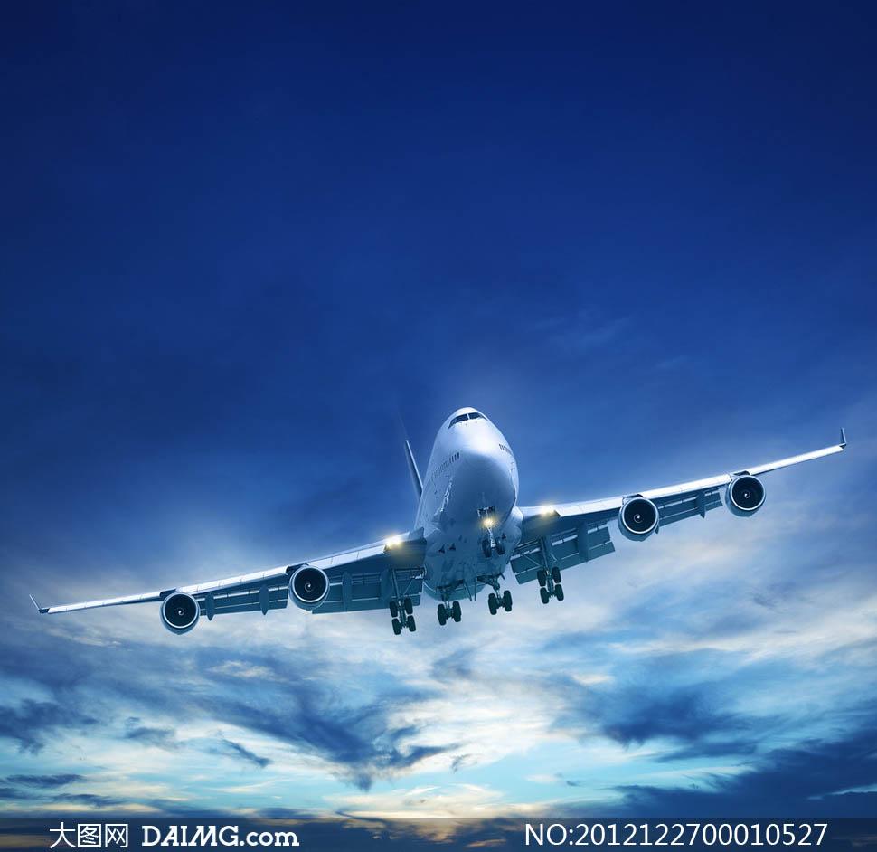 空中飞翔的客机摄影图片