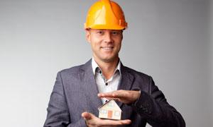 手托房子模型的工程师摄影高清图片