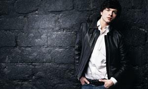 靠墙站着的夹克男模特摄影高清图片