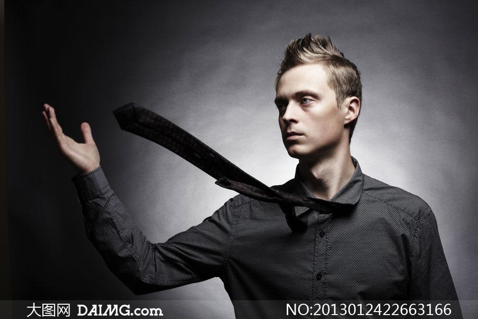 男性帅哥时装服装模特男模领带侧面俊朗黑色墙壁光感