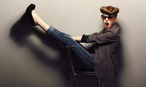双腿放在椅背上的美女摄影高清图片