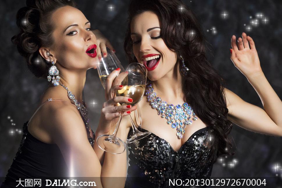 一起喝酒的俩红唇美女摄影高清图片