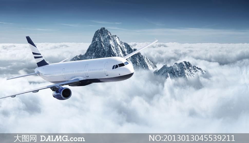 在雪山上空飞行的飞机摄影高清图片