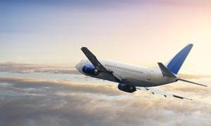 平稳飞行在云端的飞机摄影高清图片