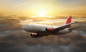 飞机与躲云层后的阳光摄影高清图片