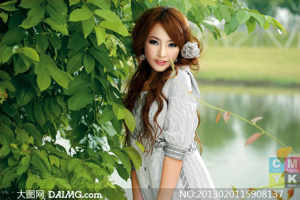 靠郁葱树木的美女人物摄影高清图片 大图网设