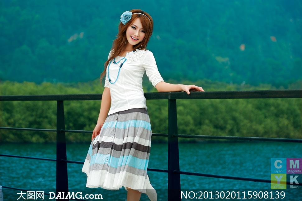 扶着护栏的横纹裙美女摄影高清图片 大图网设