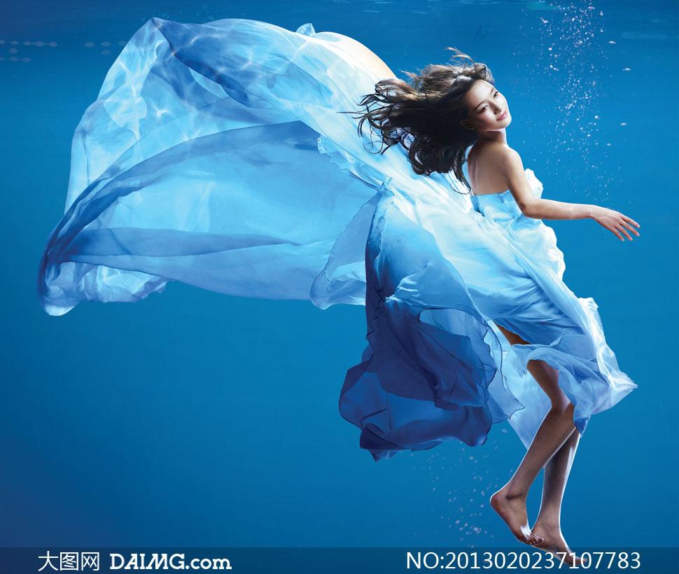美女 蓝色/水蓝色的长发,穿着水蓝色衣服,一身水蓝色的女孩的漫画图片……...