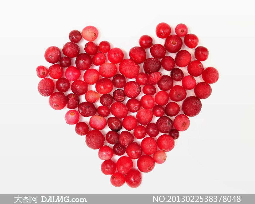 红色水果组成的心形图摄影高清图片