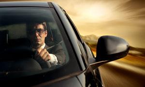 坐车里驾驶汽车的男人摄影高清图片