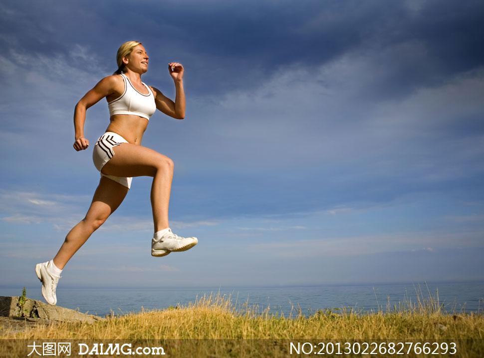 蓝天白云海边跑步人物摄影高清图片