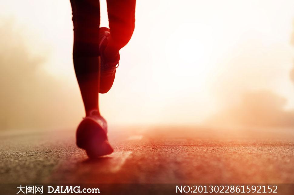 关键词: 高清摄影大图图片素材人物体育运动跑步道路公路太阳光耀眼晨