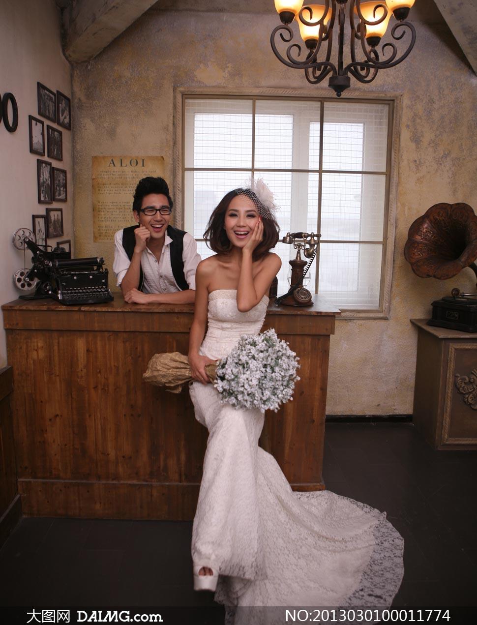 坐在沙发上的婚纱照