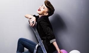 拿气球坐人字梯的美女摄影高清图片