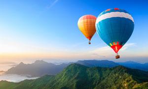 山峦与天空中的热气球摄影高清图片