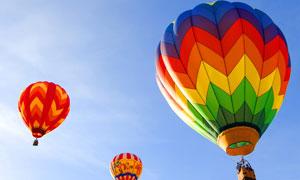 天空中飘浮着的热气球摄影高清图片