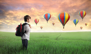 站在绿草丛中的小男孩摄影高清图片