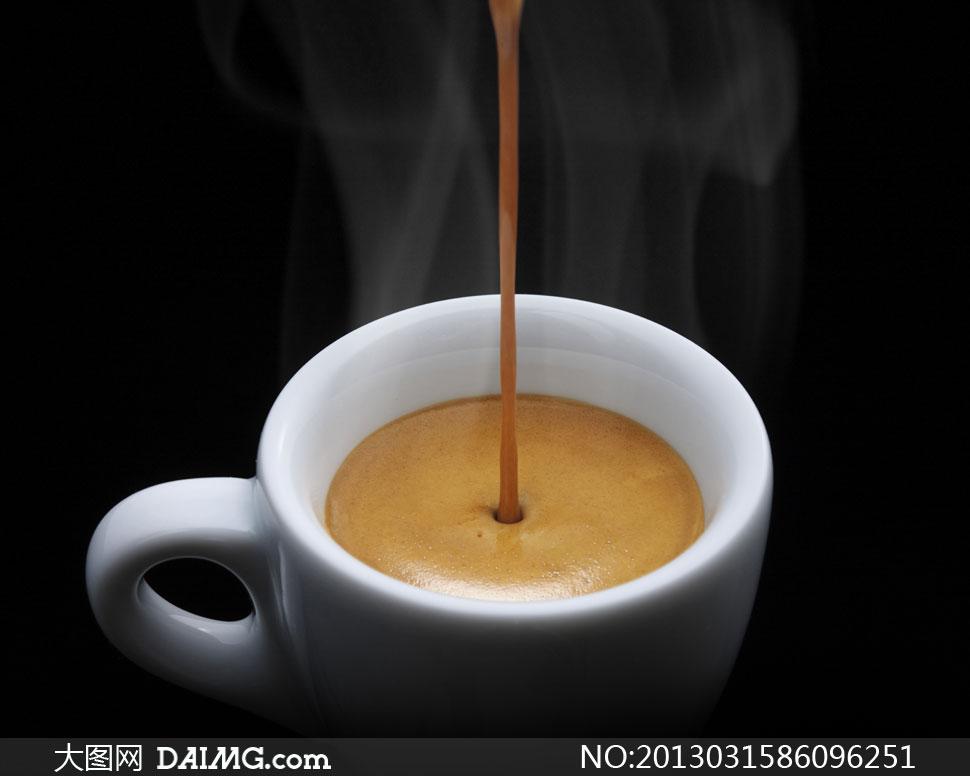 往杯子里倒咖啡的场景摄影高清图片