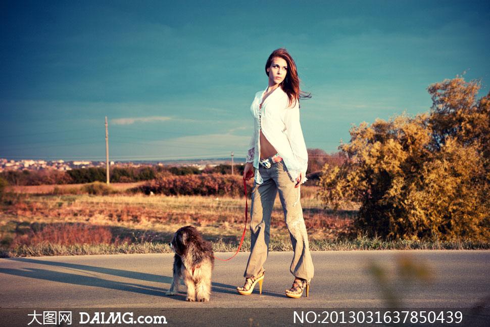 17岁美女裸体艺术摄影_在遛狗狗的高跟鞋美女摄影高清图片
