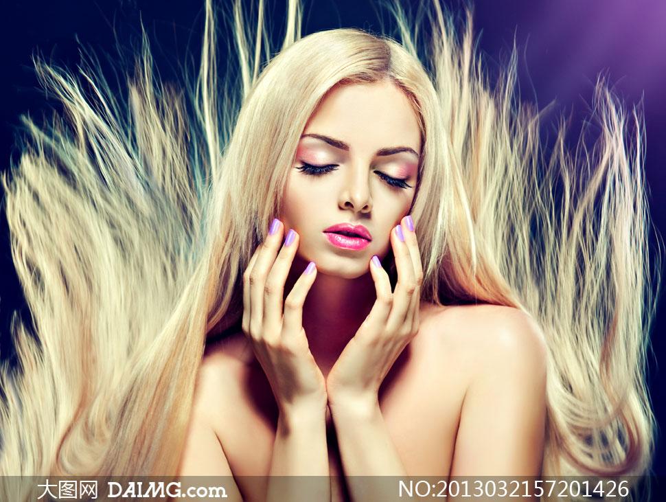 抚脸颊的金发美女妆容摄影高清图片