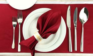 餐桌上的刀叉盘子餐具摄影高清图片