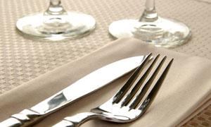 桌子上的刀叉餐布特写摄影高清图片