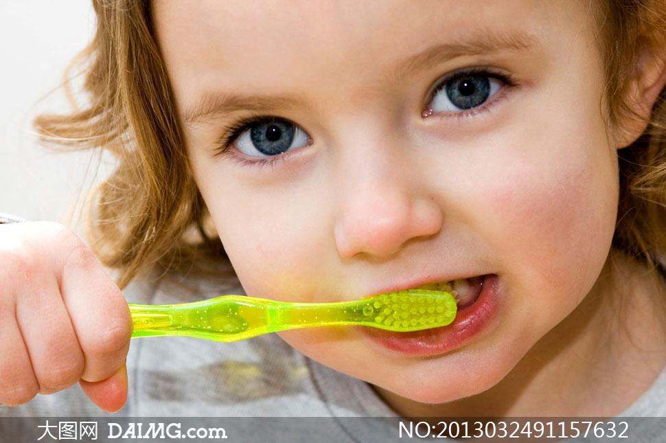 正在刷牙的可爱小朋友摄影高清图片