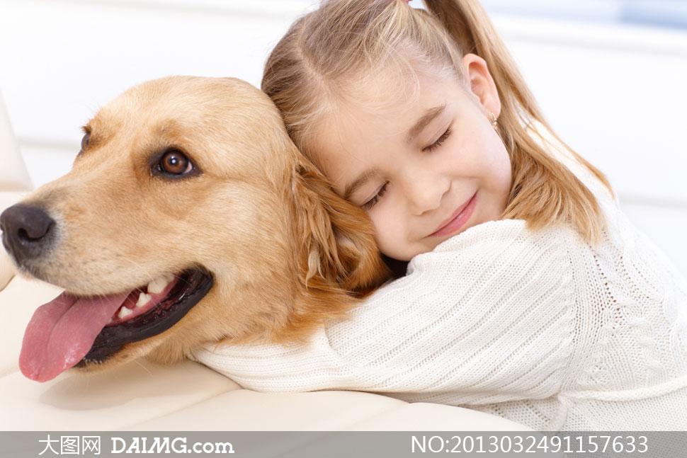 抱着狗狗的可爱小女孩摄影高清图片