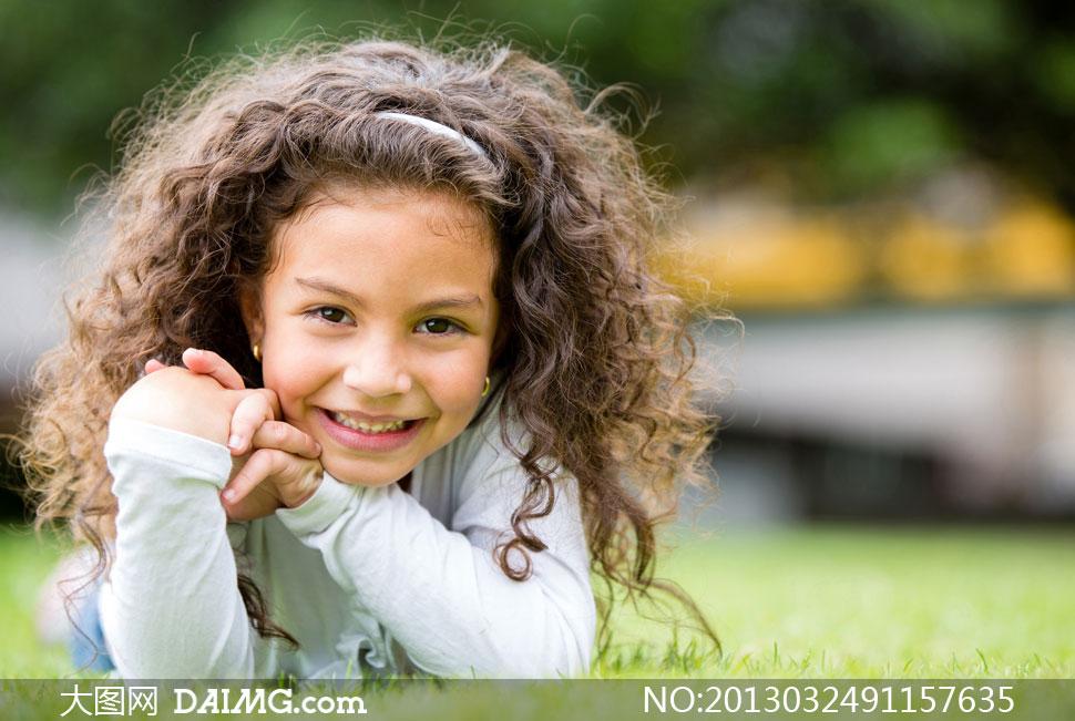 儿童小朋友可爱外国国外小女孩开心笑容发箍头箍卷发