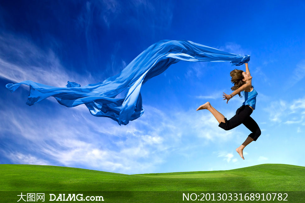手里拿蓝色绸子的美女摄影高清图片 大图网设