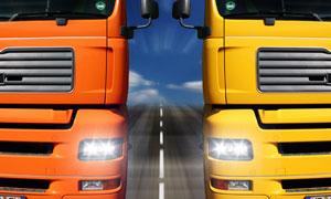 并排行驶的两辆大货车摄影高清图片