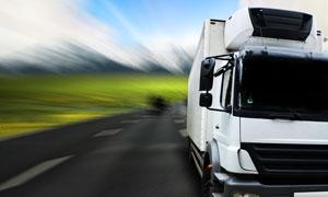 行驶在公路上的大卡车摄影高清图片