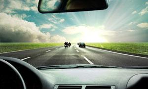 公路上的汽车与摩托车摄影高清图片