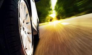急速行驶的汽车轮特写摄影高清图片