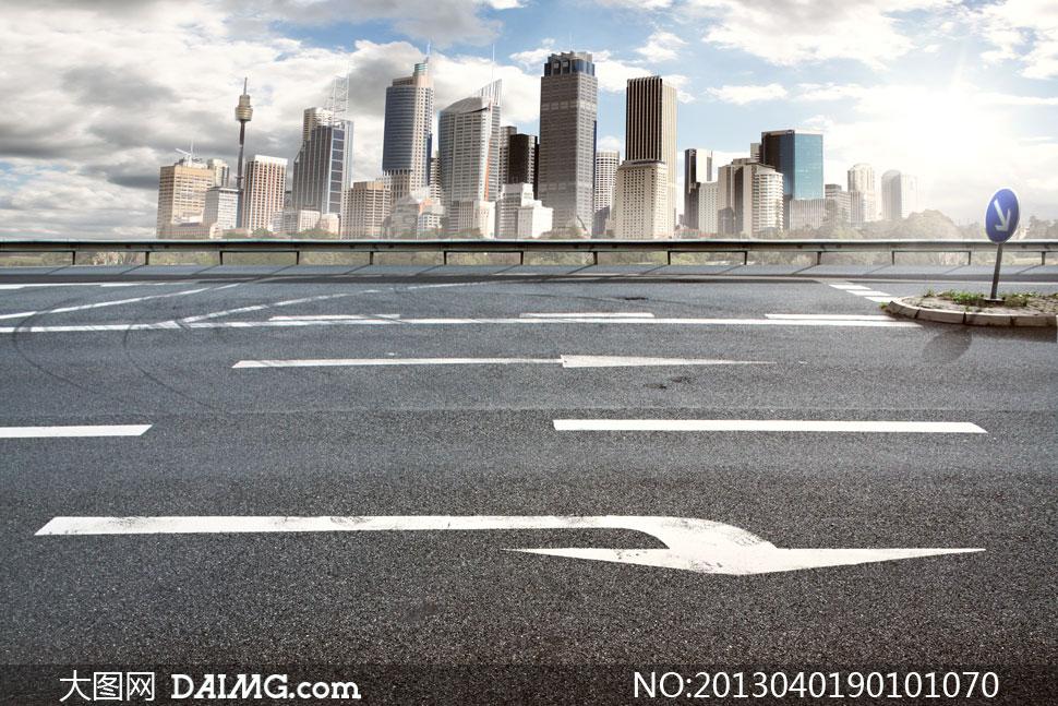 城市建筑物与道路标线