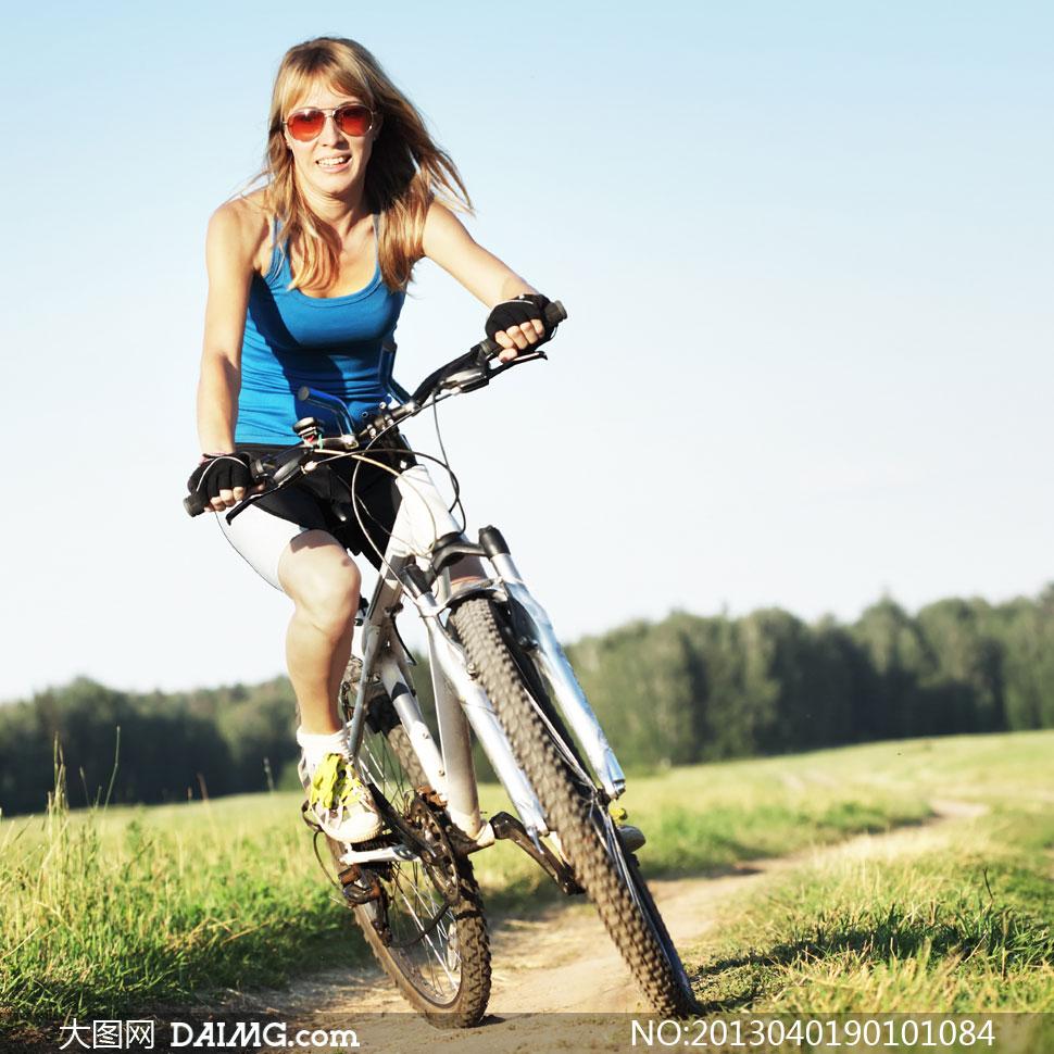 美女自行车汽车太阳镜眼镜墨镜背心山地车树林树木草