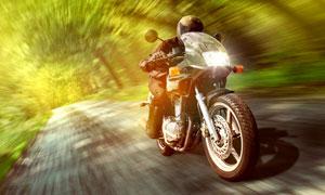快速行驶的摩托车动感摄影高清图片
