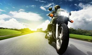在公路上疾驰的摩托车摄影高清图片