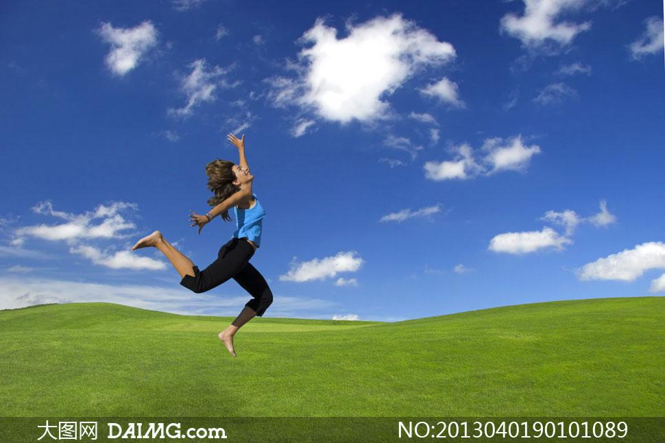 蓝天白云与跳跃的 美女 摄影高清图片