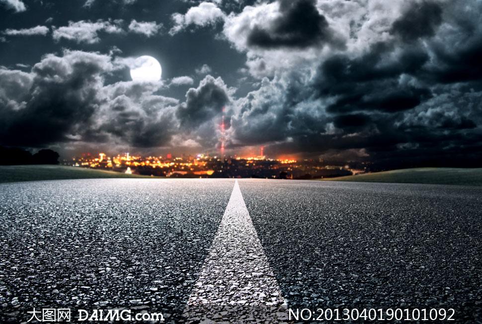 公路标线与空中的乌云摄影高清图片 大图网设