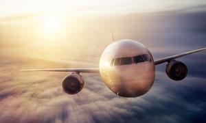 茫茫云层之上的大飞机摄影高清图片
