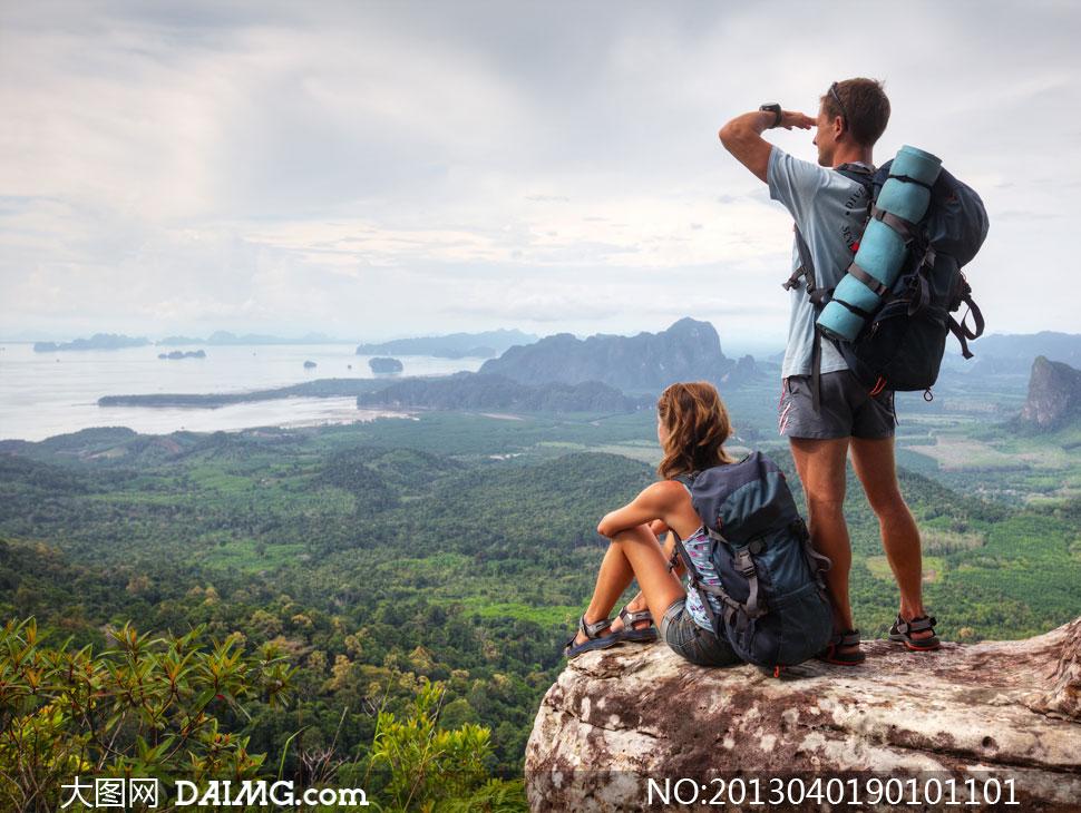 高清摄影图片大图素材人物游客旅游旅行天空白云云层云彩多云背包客