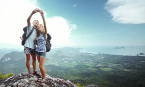 山顶上自拍合影的游客摄影高清图片