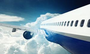 云层上的飞机机翼特写摄影高清图片