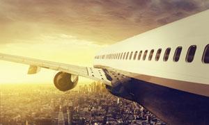 飞行在城市上空的飞机摄影高清图片