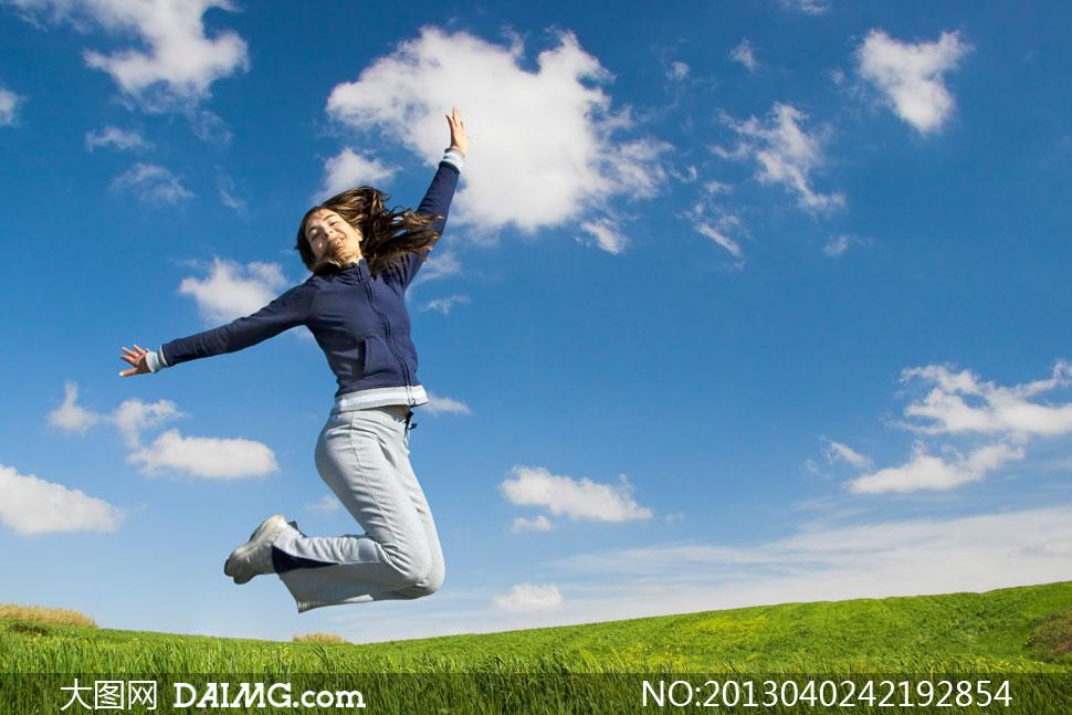 蓝天白云草地女性人物摄影高清图片