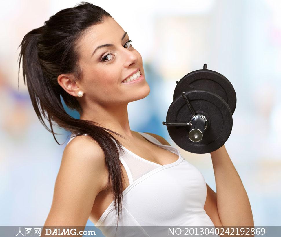 举哑铃锻炼的美女侧面摄影高清图片