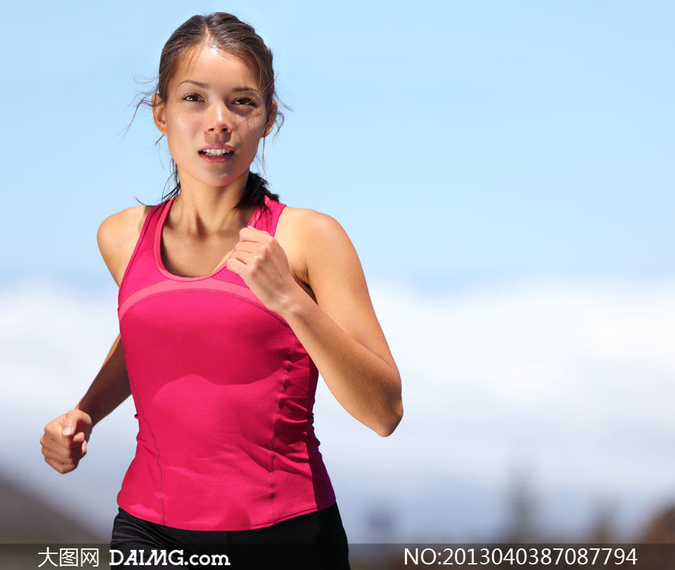 在跑步的红色背心美女摄影高清图片