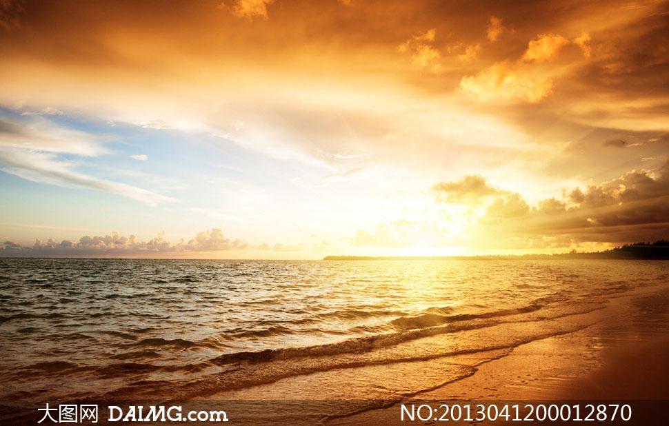 黄昏下的海边沙滩风景摄影图片